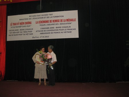 Ông Nguyễn Đức Chỉnh, giám đốc chương trình PFIEV tặng hoa cho bà Anne Marie Coquelin - 33.3kb